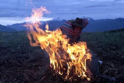 Перуанские индейцы заколдовство сожгли накостре женщину