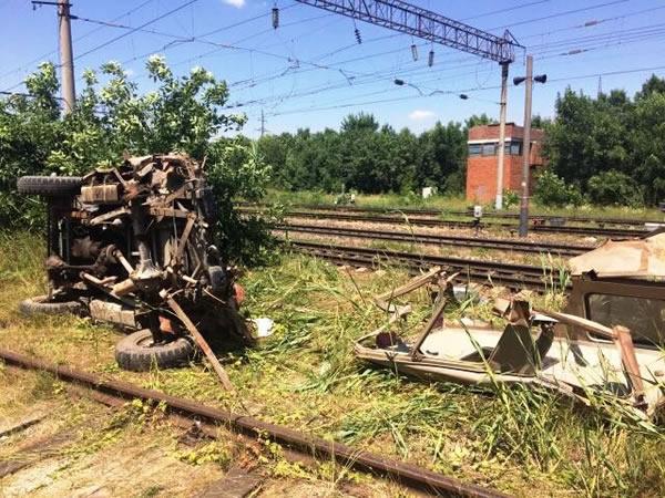 Пассажирский поезд наполном ходу снес «УАЗ»