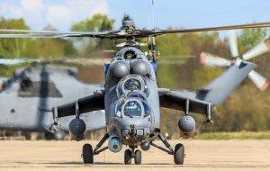 На Кубани экипажи вертолетов Ми-35М отработали элементы высшего пилотажа при ведении встречного боя