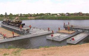 Военные железнодорожники навели наплавной мост для бронепоезда