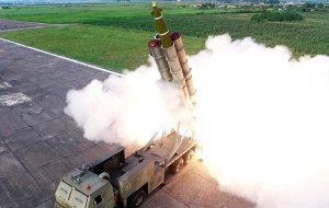 Одна из двух запущенных КНДР ракет достигла экономической зоны Японии