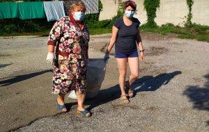 Уборка территории около дома пенсионерки в Новороссийске