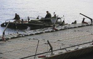 Инженерные подразделения на спецучениях оборудуют пути движения войск и переправы на водных преградах