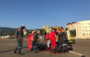 Вертолетом Ми-8 сотрудники МЧС эвакуировали с перевала Аишхо мужчину с обширным инфарктом