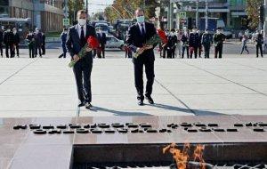 Кондратьев возложил цветы к Вечному огню в Краснодаре