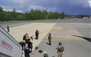 Ситуация в аэропорту Минска после посадки самолета, в котором летел Протасевич.